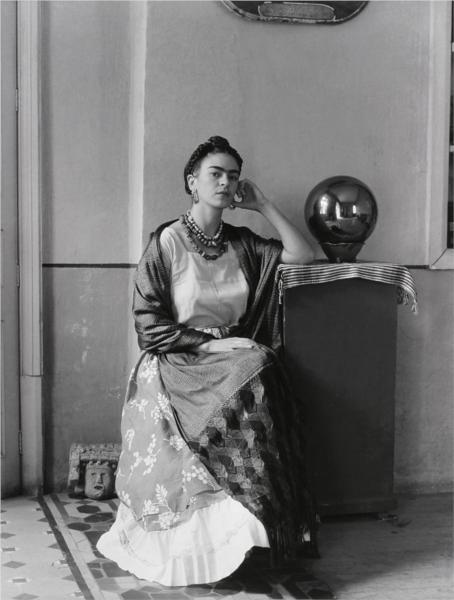 Frida with Globe, Coyoacan, Mexico, 1938 - Мануэль Альварес Браво